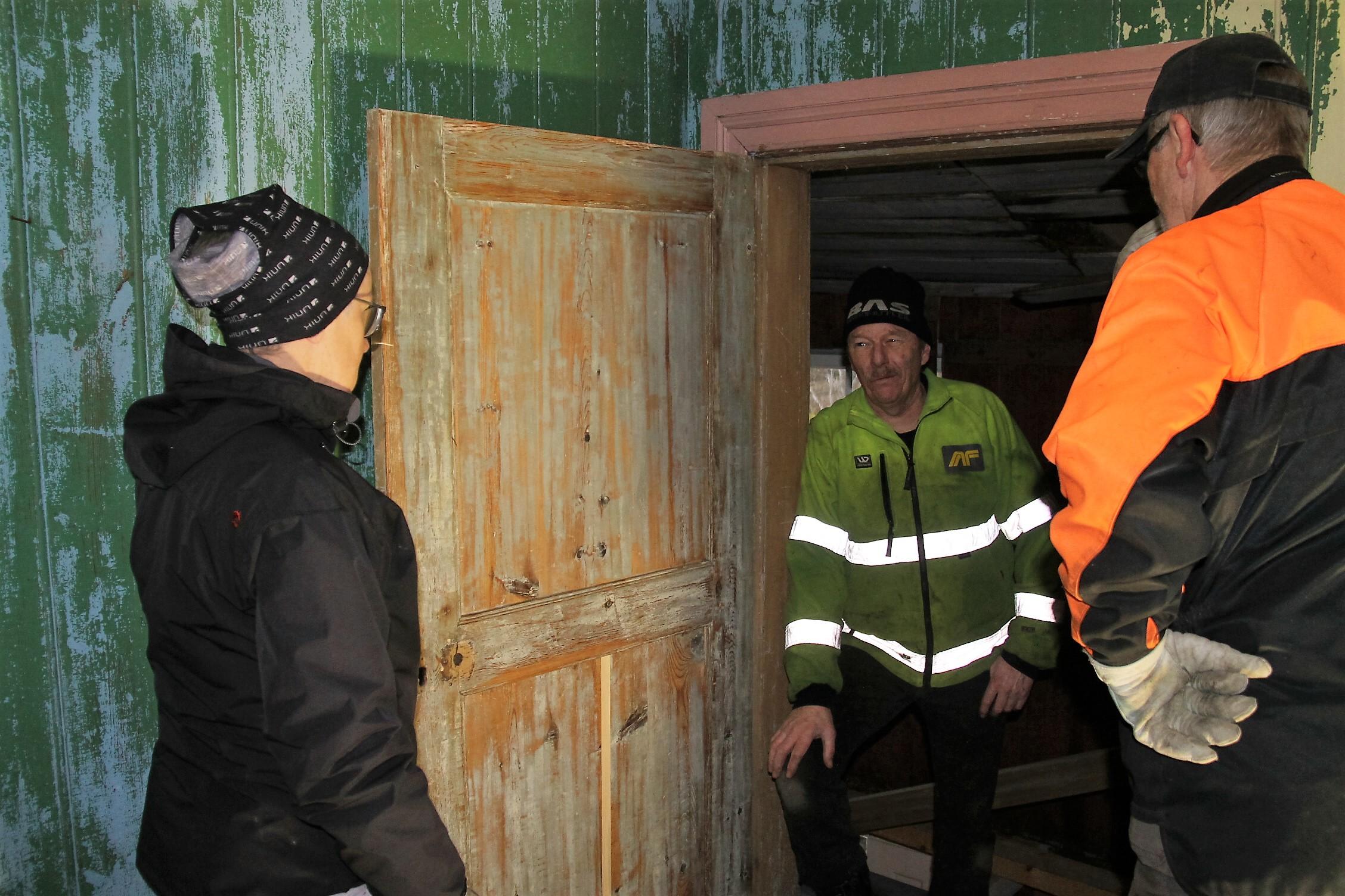 """""""Dør til historien"""". En av to dører i bygget fra 1700-tallet er blitt satt i stand av Petter Wistner på en meget profesjonell måte. Ragnhild Nordengen, Jan Berntzen og Ragnar Holte beundrer den nyrestaurerte døra"""